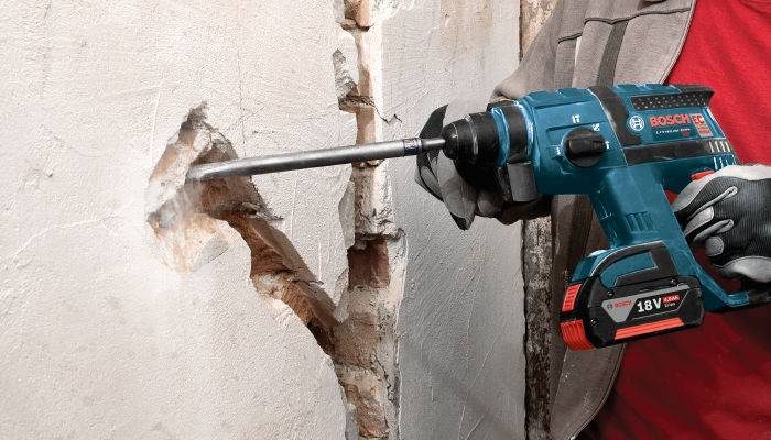 Vea nuestro taladro de martillo inalámbrico Bosch para abordar un proyecto duro en actiondril